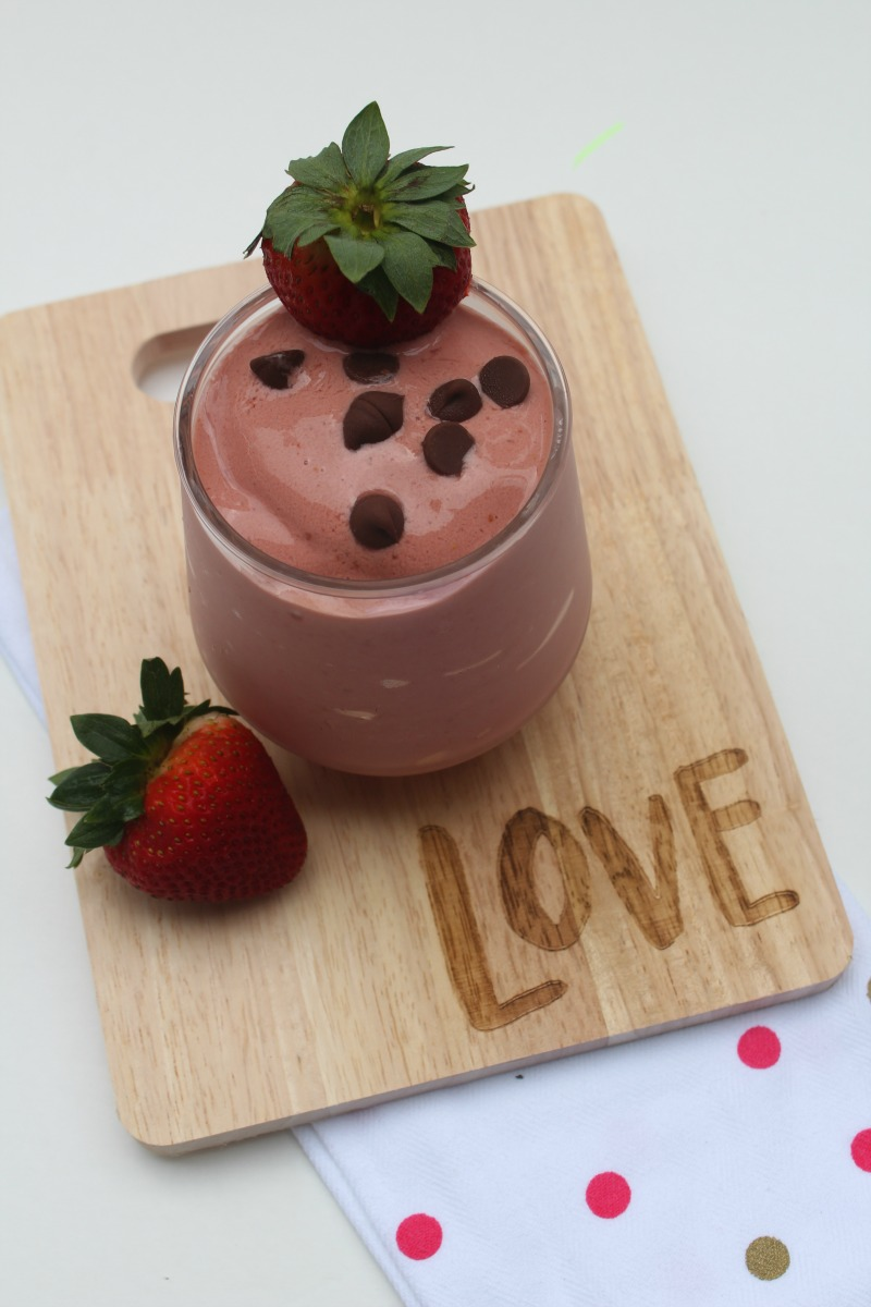 Strawberry Smoothie Recipes--This Strawberry Chocolate Smoothie is a quick and healthy treat you can feel good about giving your kids on a hot summer day!